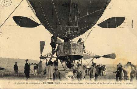 """La nacelle du dirigeable """"République"""" au dessus les ailerons d'ascension e…"""