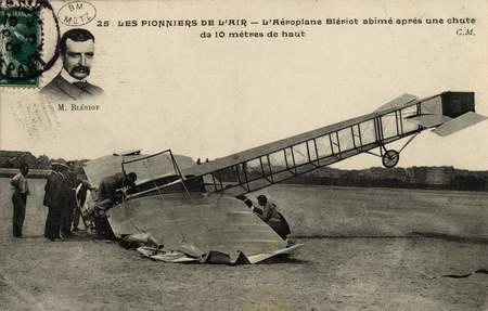 LES PIONNIERS DE L'AIR. L'Aéroplane Blériot abîmé après une chute de 10 mè…