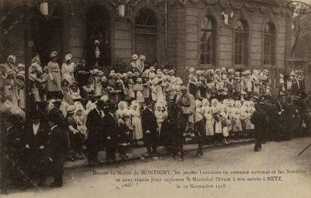 Devant la Mairie de MONTIGNY, les jeunes lorraines en costume national et …
