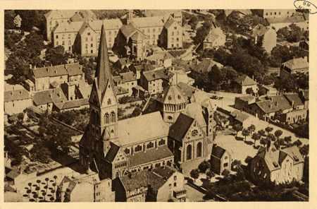 Montigny-les-Metz. Vue plongeante de l' Église, du presbytère et de la Sai…