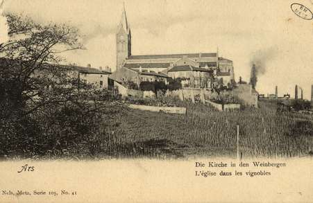 Ars-sur-Moselle. Die Kirche in den Weinbergen. L'Église dans les vignobles.