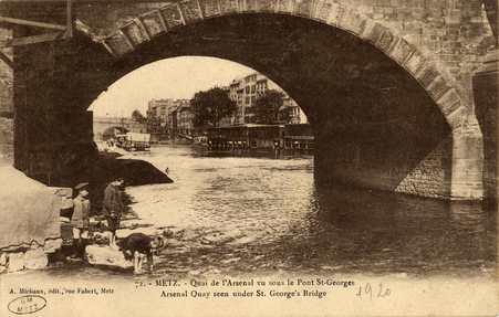 Metz. Quai de l'Arsenal vu sous le pont St Georges. Arsenal Quay seen unde…