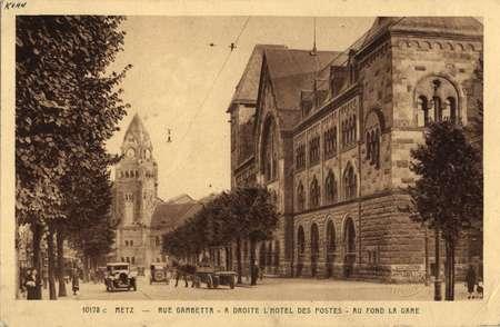 Metz. Rue Gambetta - A droite l'hôtel des Postes - Au fond la Gare