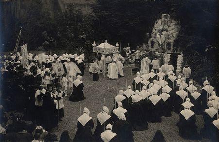[Sœurs de la Maternité vers 1922 dans leur cour]