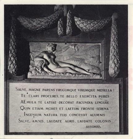 [Intérieur de L'Hôtel de Ville - Sculpture et inscription en latin]