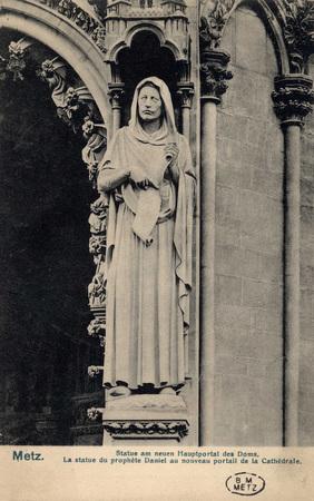 Metz. Statue am neuen Hautportal des Doms.