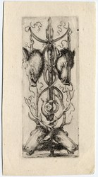 Ornamenti o grottesche: Trophée de chasse: Au pied d'un épieu, deux têtes…