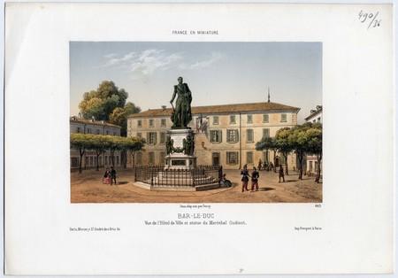 Bar-le-Duc, Vue de l'Hôtel de ville et statue du maréchal Oudinot