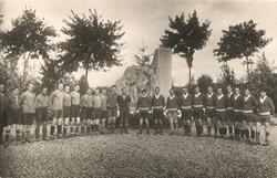 [Photographie de groupe d'une équipe de foot]