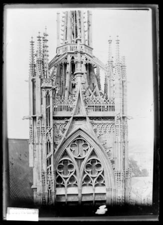 Sommet de la tour de la Mutte avec sa dentelle de pierre