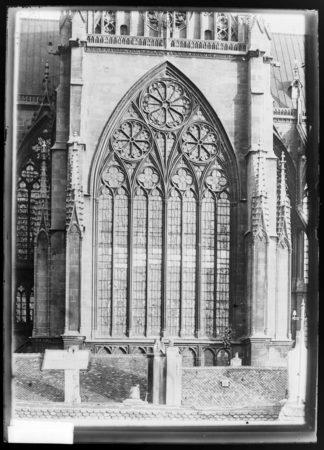 La verrière du transept nord vue depuis l'extérieur de la cathédrale