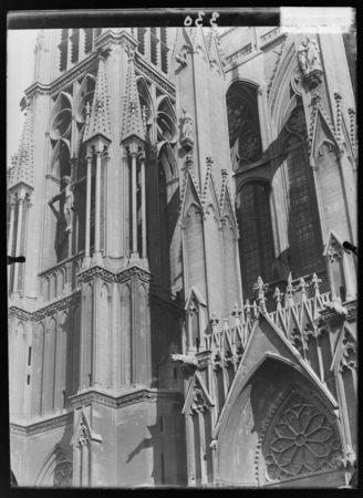 Le portail de Notre-Dame-la-Ronde et la tour du Chapitre sur la façade occ…