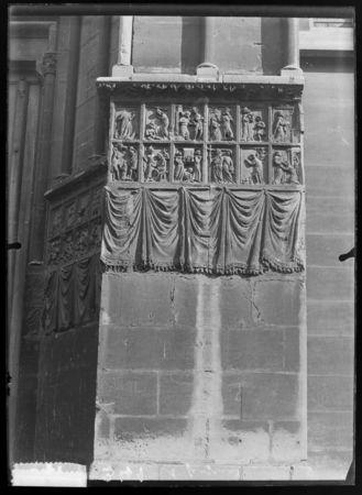 Bas-reliefs du portail nord de Notre-Dame-la-Ronde représentant des scènes…