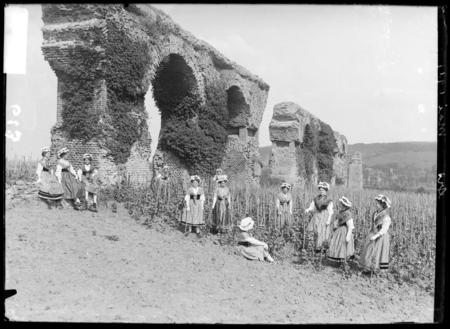 [Petites lorraines posant dans les vignes près de l'aqueduc d'Ars-sur-Mose…