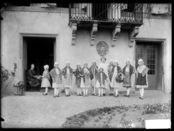 Fillettes en costume traditionnel lorrain