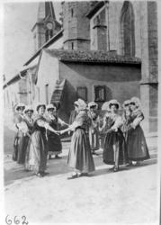 Femmes en costume traditionnel lorrain faisant une ronde