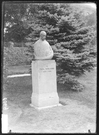 [Statue de Paul Verlaine, Boulevard Poincaré]