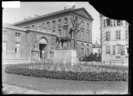 Le Cheval, promenade de l'Esplanade devant le Palais de Justice