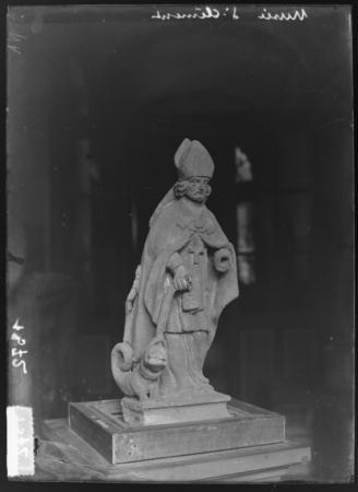 Statue représentant Saint-Clément tenant le Graoully avec son étole