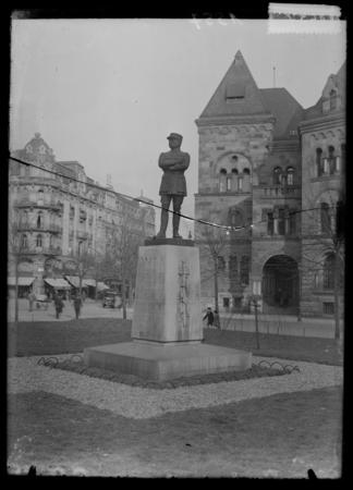 [Statue au général Mangin, Rue Gambetta]