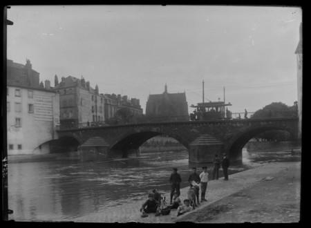 Le pont Saint-Georges vu depuis la berge de la Moselle avec le chevet de l…