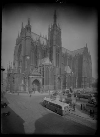 Vue de la cathédrale Saint-Étienne depuis la place d'Armes, un panneau vis…