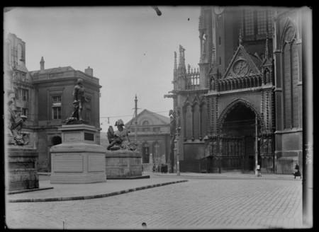 La place d'Armes avec vue sur la statue de Fabert et le portail de la Vier…