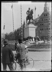 [Passants devant le monument de l'empereur Frédéric III d'Allemagne]