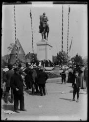 [Festivités devant le monument de l'empereur Frédéric III d'Allemagne]