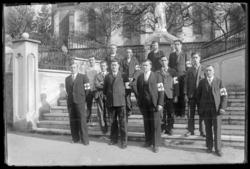 [Des membres de la Croix Rouge devant l'église de Saint Martin des Glandiè…