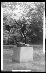 [Le Jeteur de Pierres, statue du sculpteur mosellan Henri Legendre]