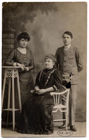 Portrait de Mathilde Delporte entourée de ses enfants