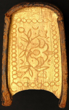 Tranche dorée et ciselée à motif floral