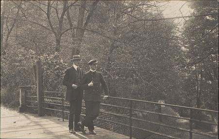 [Deux hommes au Parc du Château d'Épinal]
