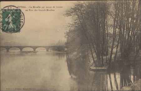 Épinal, La Moselle par temps de brume au Parc des Grands Moulins