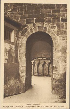 Épinal, Église Saint-Maurice, Passage de la rue du Chapitre