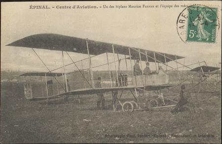 Épinal, Centre d'Aviation, Un des biplans Maurice Farman et l'équipe des m…