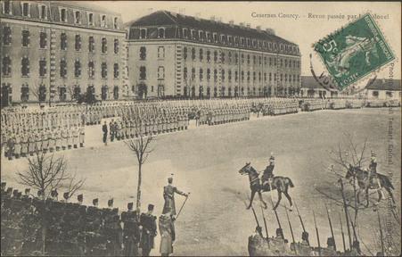 Casernes Courcy, Revue passée le Colonel
