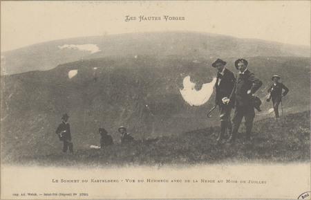 Le Sommet de Kastelberg, Vue du Hohneck avec de la neige au mois de Juillet