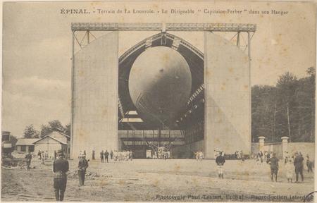 """Épinal, Terrain de la Louvroie, Le Dirigeable """"Capitaine Ferber"""" dans son …"""