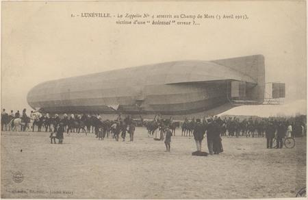 Lunéville, Le Zeppelin n° 4 atterrit au Champ de Mars (3 avril 1913), vict…