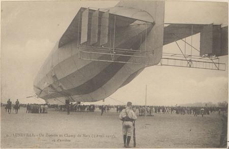 Lunéville, Un zeppelin au Champ de Mars (3 avril 1913), vu d'arrière