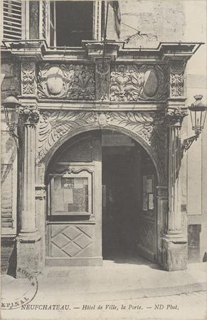 NeufChâteau, Hôtel de ville, La porte