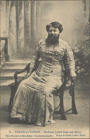 Thaon-les-Vosges, Madame Delait dans son salon
