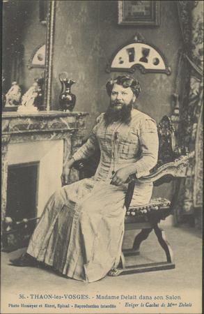 Thaon-les-Vosges, Madame Delait en dans son salon