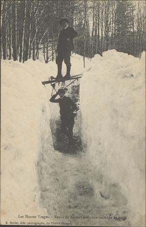 Repos de skieurs dans une tranchée de neige