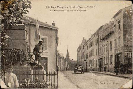 Charmes-sur-Moselle, Le Monument et la rue des Capucins