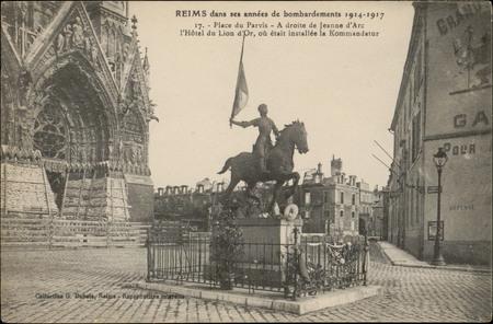 Reims dans ses années de bombardements 1914-1917, Place du Parvis, À droit…