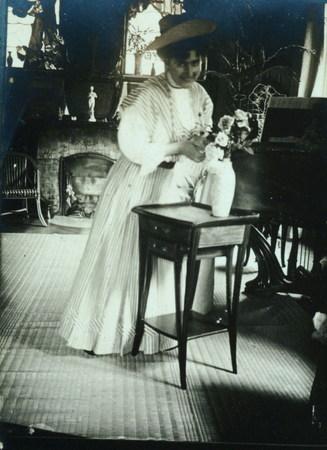 Jane Majorelle préparant un bouquet