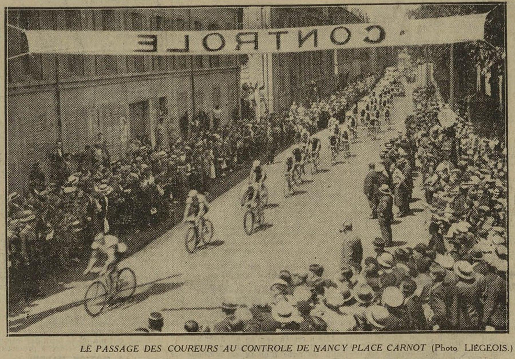 Contenu du Le passage des coureurs au contrôle de Nancy Place Carnot